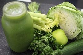 succhi verdi con gli estrattori di verdura preparazione